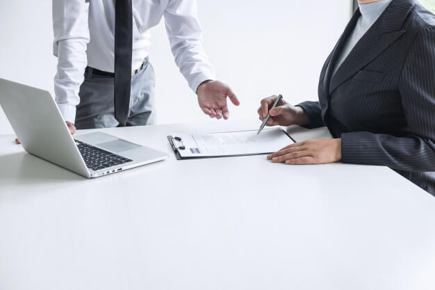 captar investidores dois homens conversando analisando e analisando papeis enfrente ao notebook