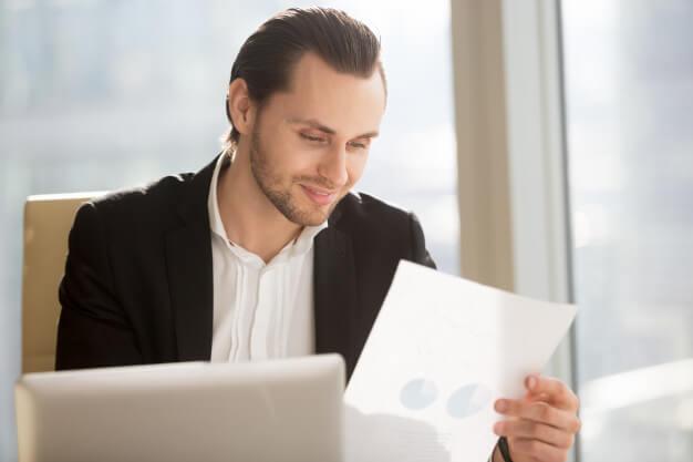 captar investidores homem analisando papel