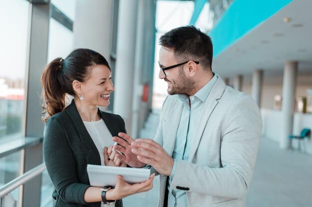 captar investidores homem e mulher conversando e sorrindo