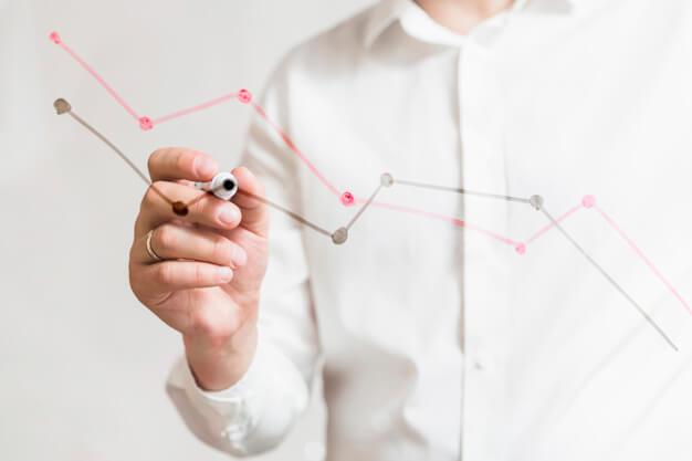 indicadores imobiliadrios homem fazendo gráfico